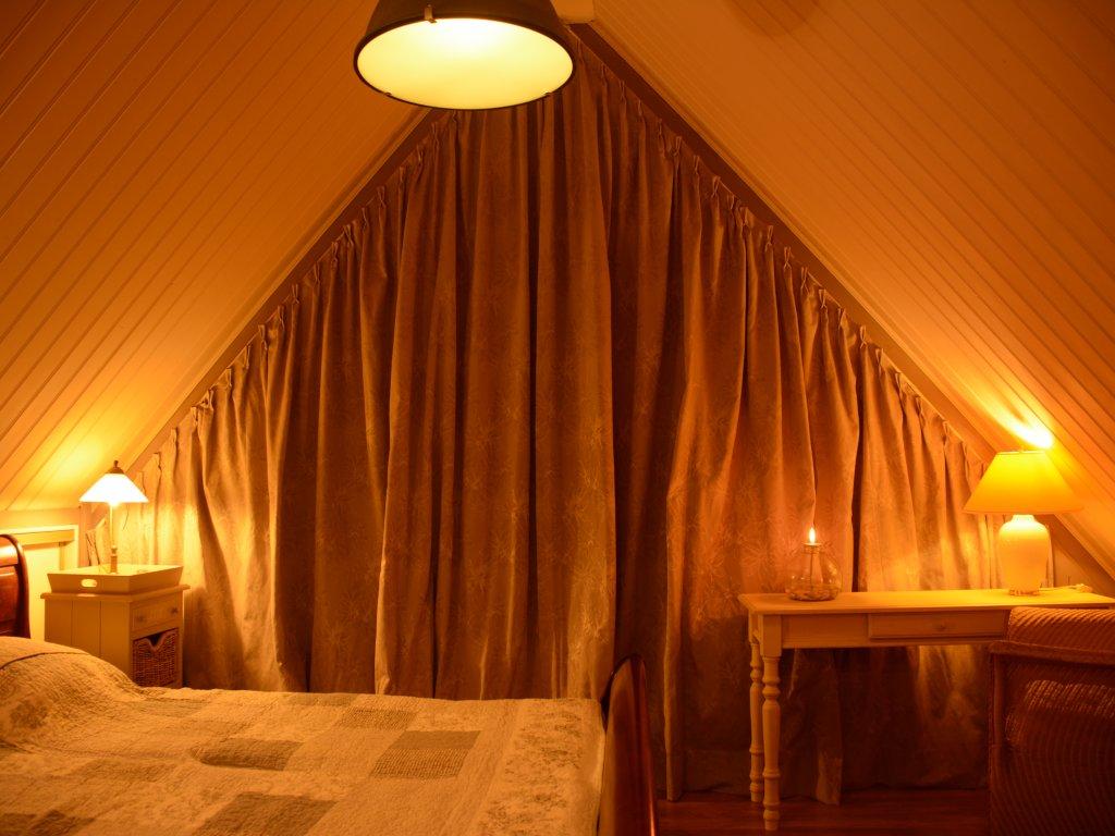 La chambre au lit en haut, avec un petit balcon...