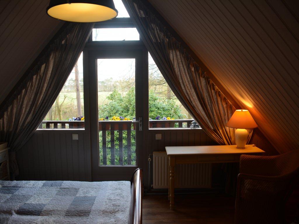 Chambre au lit, au premier etage, avec balcon