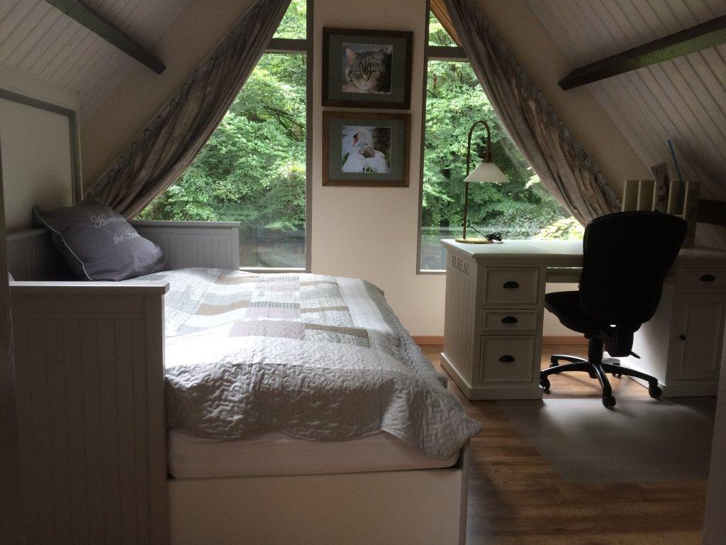 Deuxieme chambre au lit au premier etage, avec vue du jardin