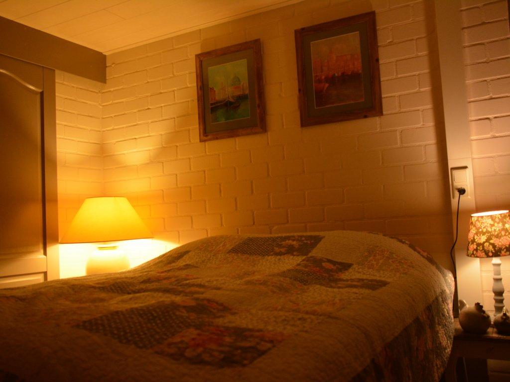 Chambre au lit, rez de chaussee avec douche a cote..